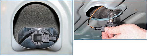 Внутри багажника, через отверстие в задней полке, поворачиваем против часовой стрелки патрон лампы и вынимаем патрон с лампой.