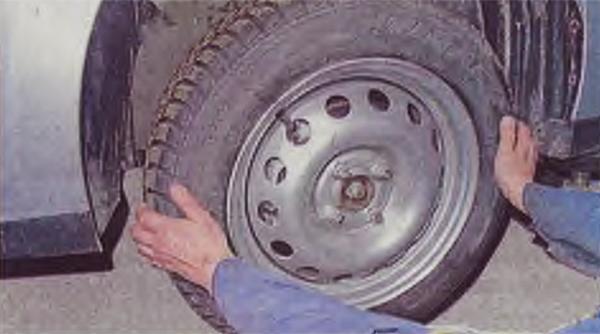 Снимаем колесо.