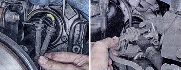 1. Выведите из кронштейна на стойке держатели жгута проводов датчика частоту вращения колеса. 2. Выведите из кронштейна на стойке держатель тормозного шланга.