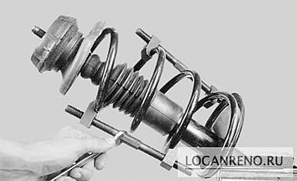 Установливаем приспособление для сжатия пружины и сжимаем пружину.