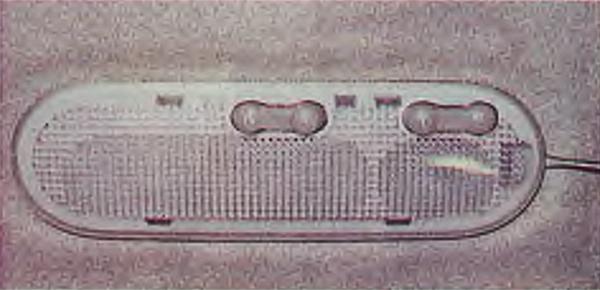 Шлицевой отверткой с тонким лезвием поддеваем плафон