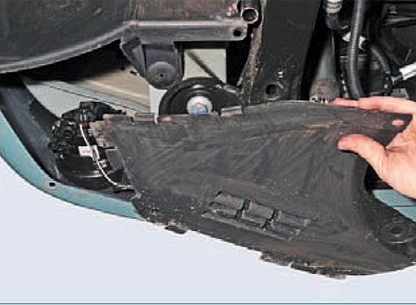 Отворачиваем три самореза и снимаем грязезащитный щиток переднего бампера.