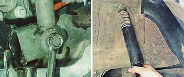 Ключом на 21 мм отворачиваем болт крепления и снимаем амортизатор.