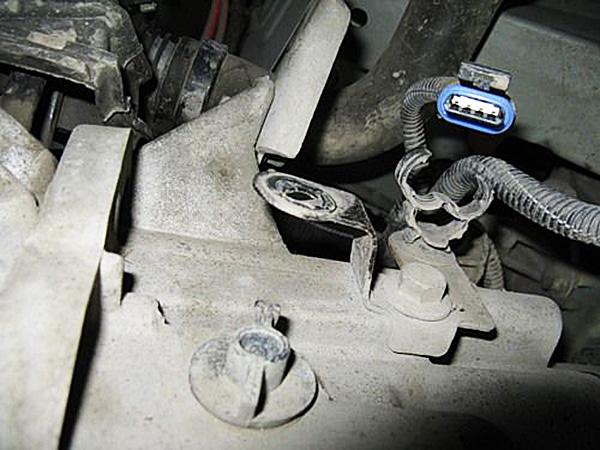 Разъединяем колодку датчика концентрации кислорода и повернув его снимаем с держалки на КПП.