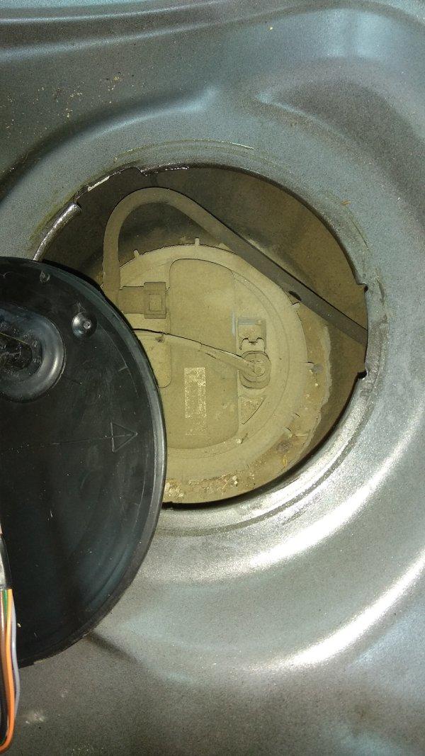 Меняем топливный фильтр и насос на бензиновом Duster