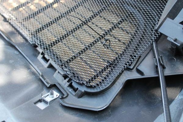 Устанавливаем сетку на решетку радиатора