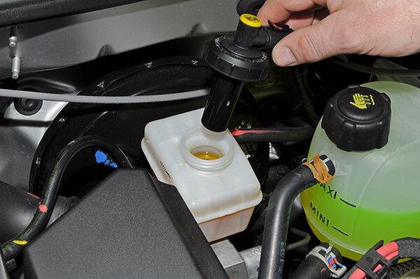 Зачем сменять жидкость в тормозной системе?
