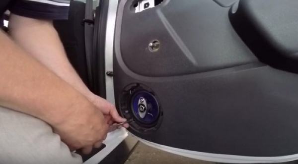Снимаем обшивку задних дверей Renault Duster
