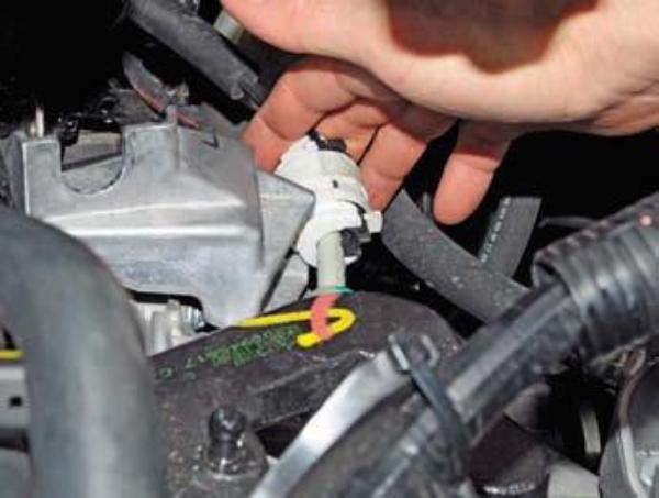 Снимаем трос с коробки передач Renault Duster