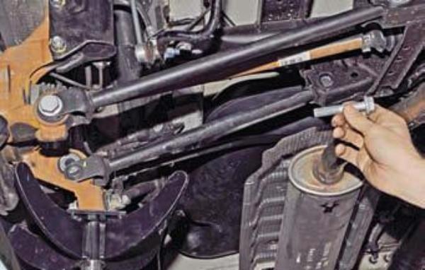 Демонтируем передний поперечный рычаг Renault Duster