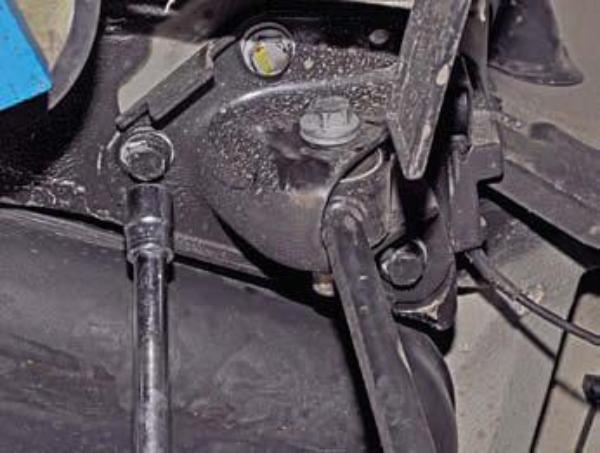 Демонтируем продольный рычаг Renault Duster