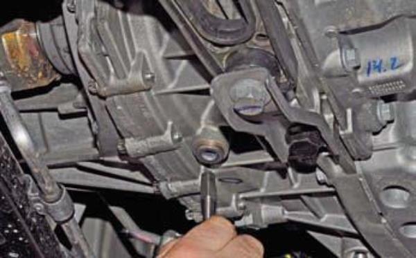 Сливаем масло из КПП Duster