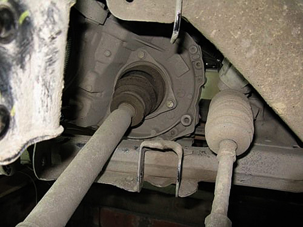 Откручиваем 3 болта крепления пыльника ШРУСа к КПП и аккуратненько выводим полуось из КПП и убираем ее в сторону.