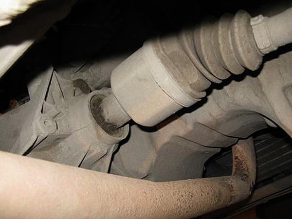 С соседним колесом проделываем те же операции, за исключением полуоси, она не крепится к коробке, а просто вытаскивается.
