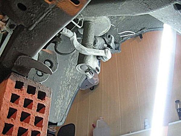 Берем правый рулевой наконечник и втыкаем его в одно из отверстий на стойке, чтобы рейка не болталась и не мешала нам работать.