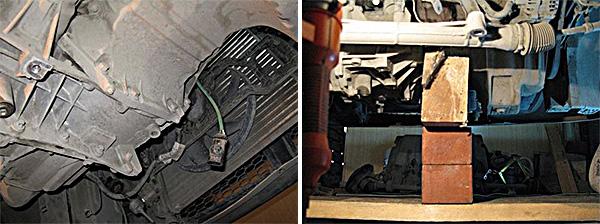 Откручиваем 4 болта крепления коробки к двигателю снизу и сразу ставим под двигатель опору.