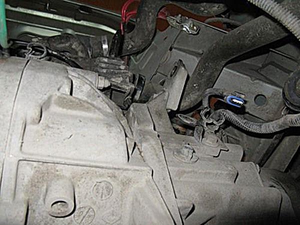 Подходим к коробке со стороны радиатора и скручиваем еще одну гайку крепления коробки к двигателю, которая находится под вилкой выключения сцепления.