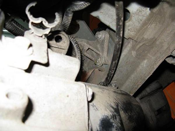 Переходим к съему опоры КПП (представляет собой трехпалую лапу, лапы держат коробку 3 болтами, а сама лапа крепится к левому лонжерону на 4 болта)Перед этой процедурой под КПП ставим упор и откручиваем лапу сначала от лонжерона.
